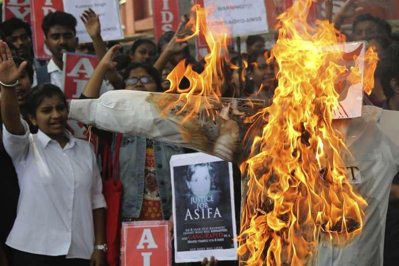 4月13日,印度第三大城邦加羅爾的學生走上街頭抗議,要求司法為阿希法伸張正義(AP)