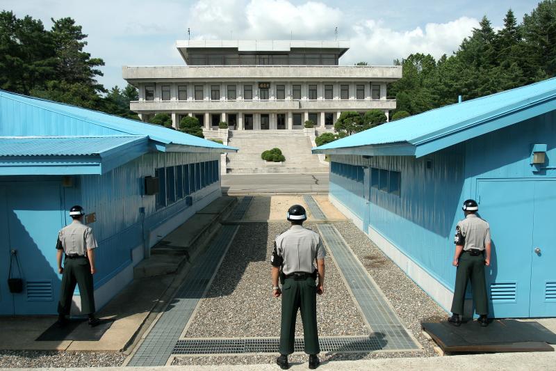 板門店共同警備區(JSA),由南向北望,遠方為北韓的板門閣(Henrik Ishihara Globaljuggler@Wikipedia / CC BY-SA 3.0)