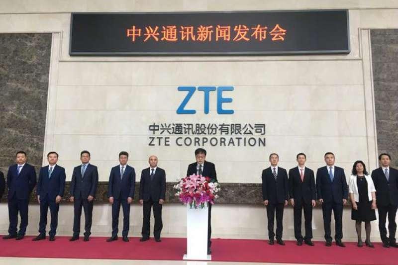 中興通訊董事長殷一民20日召開記者會,公司主管一字排開。