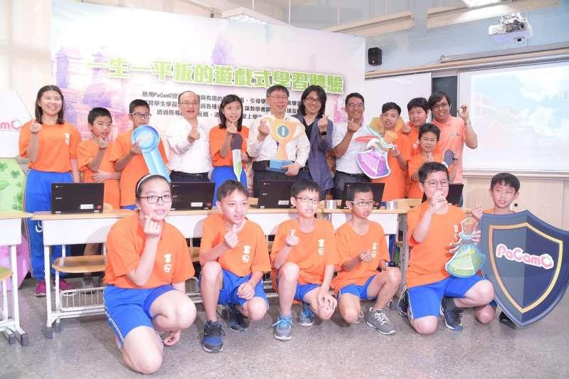 20180420-台北市長柯文哲今日(20)上午前往富安國民小學,出席「行動社子島 VR我的家」行動學習發表會。(台北市政府提供)