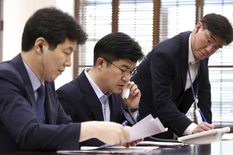 2018年4月20日,兩韓領導人熱線電話開通,青瓦台第一附屬室長宋仁培(中)首先撥通電話(AP)