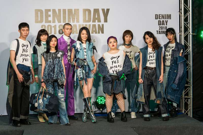 現代婦女基金會丹寧日代言人曲家瑞(中),以及所有丹寧大使穿上由實踐大學服裝設計系打造的丹寧日服裝。(現代婦女基金會提供)