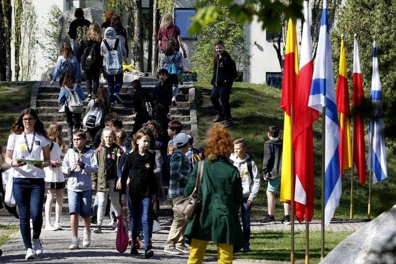 2018年4月19日,波蘭學生配戴紙水仙花,紀念華沙猶太區抗暴75周年。(AP)