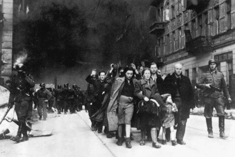 1943年波蘭華沙猶太區抗暴期間,被迫離開猶太區的平民。(Wikipedia / Public Domain)
