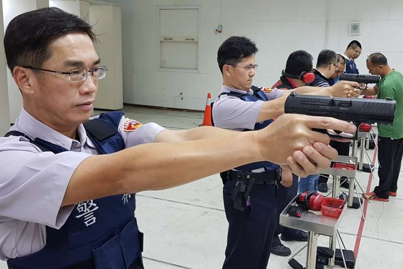 全新的「PPQ M2」手槍於今(107)年中旬起將成為台東縣警察局員警的新式配槍,原先值勤用了20年的90手槍,即將走入歷史。(圖/台東縣政府提供)
