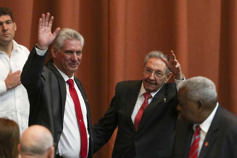 古巴新總統迪亞斯─卡內爾(左)19日上任宣誓就職,取代卸任的勞爾.卡斯楚(右)。(美聯社)