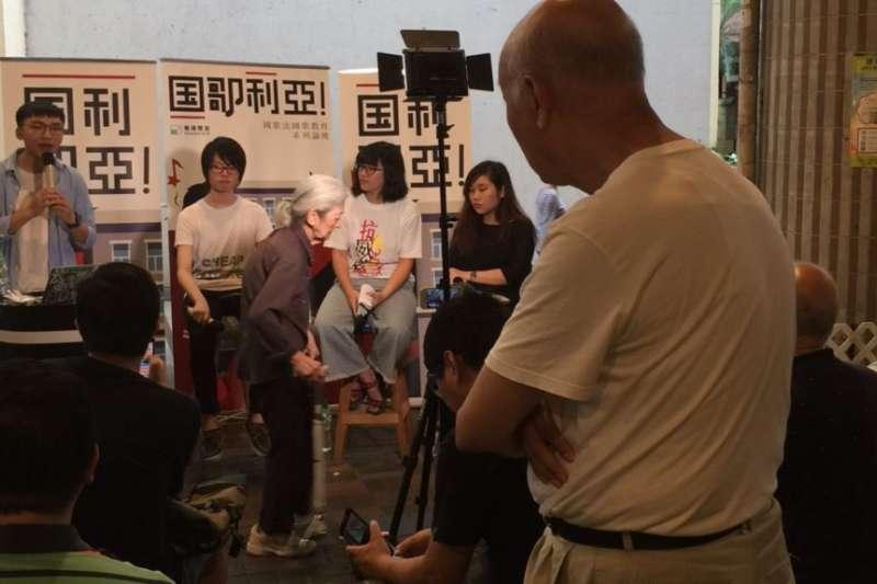 一位香港居民認真聆聽國歌法研討。(美國之音)