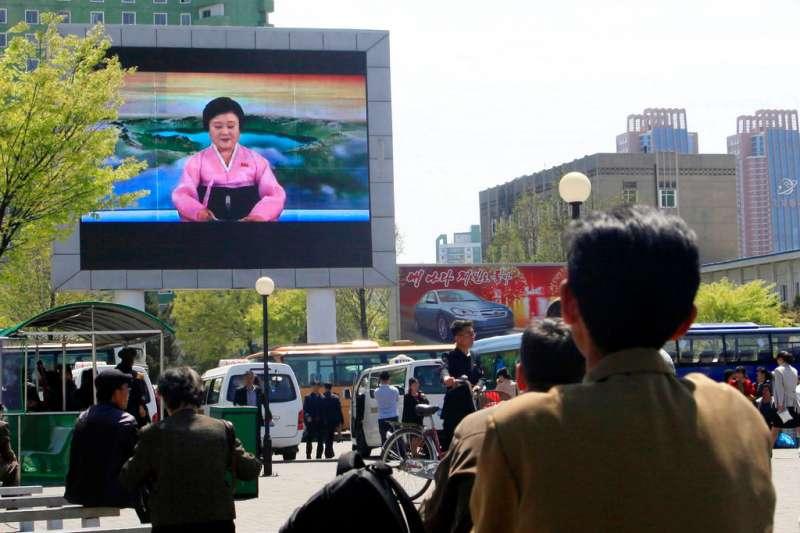 北韓民眾21日收看電視新聞,得知金正恩宣布中止核試爆、洲際飛彈試射的政策(AP)