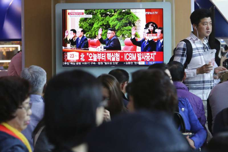 南韓民眾21日收看電視新聞,得知金正恩宣布中止核試爆、洲際飛彈試射。(AP)