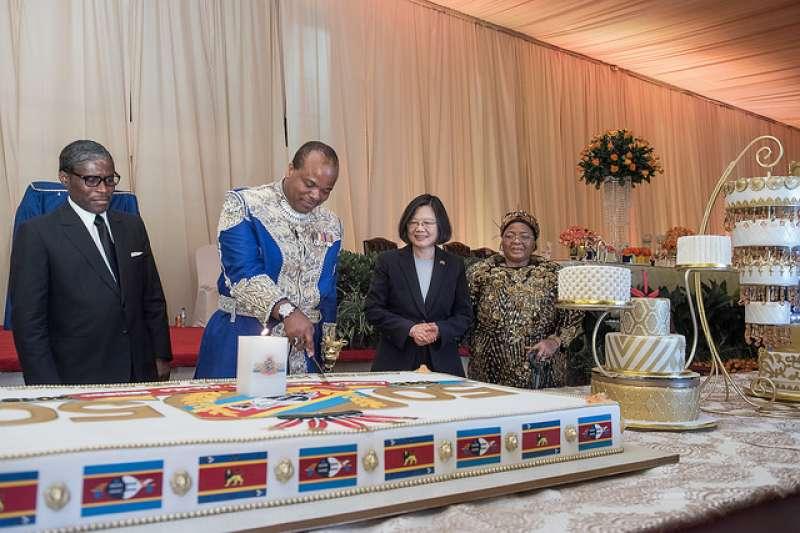 總統蔡英文17日率團隊赴非洲史瓦濟蘭進行國是訪問,她表示出訪期間受到史瓦濟蘭國王恩史瓦帝三世(King Mswati Ⅲ)的熱情接待,期盼與史國緊密合作,會協助非洲培育人才、技術交流,強調不會接受金錢外交。(總統府提供)