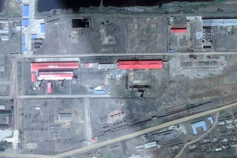 美國智庫「科學暨國際安全研究所」發現,北韓疑似在鴨綠江邊建設工廠(紅屋頂處),製造核武需要的高純石墨。(截自Google地圖)