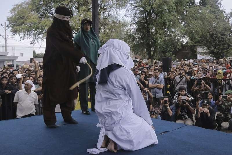 印尼亞齊特區(Aceh)奉行嚴格伊斯蘭律法(Shariah law),被認定違法者會遭到公開鞭刑。(AP)