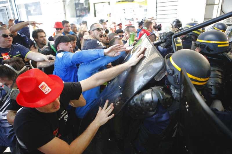支持法國國鐵罷工的抗議群眾,19日在巴黎與警方爆發衝突。(AP)