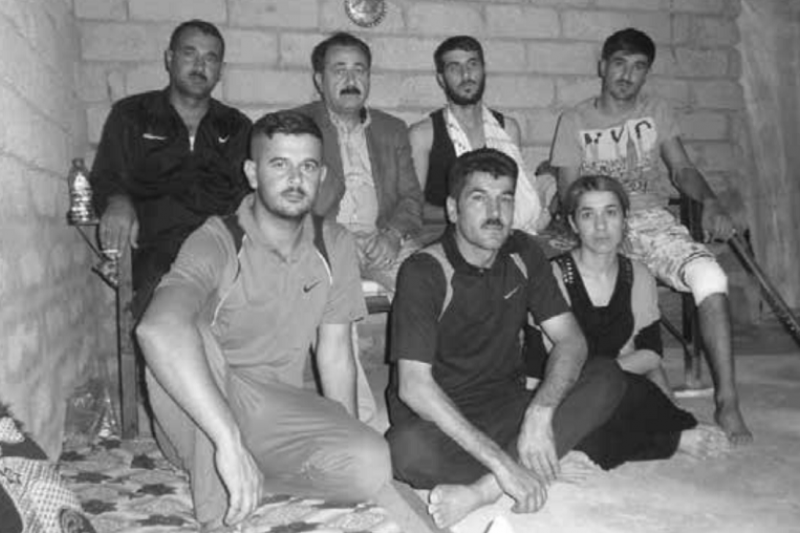 2018-04-23《倖存的女孩》作者(前排右)的胞兄和同父異母的哥哥們,攝於2014年。(圖為時報出版提供)