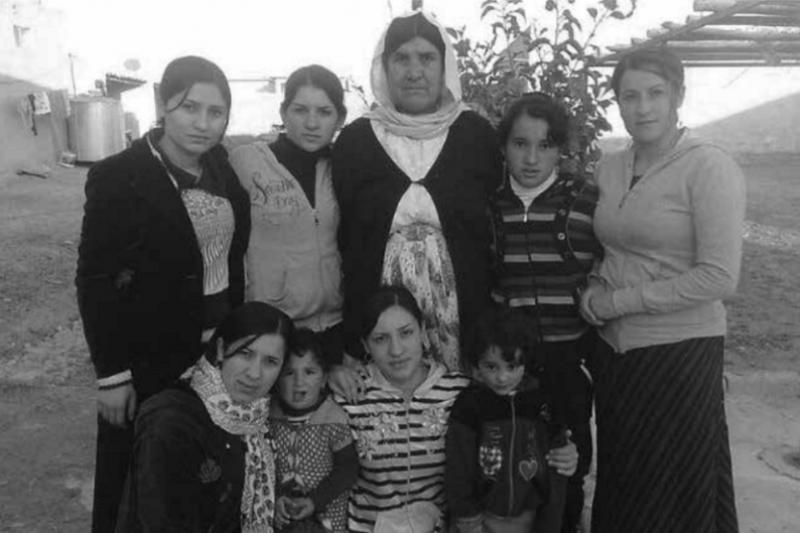2018-04-23《倖存的女孩》後排左起:嫂嫂吉蘭、嫂嫂莫娜、尊親、侄女芭蘇、姐姐艾德姫、侄女娜卓、凱薩琳、瑪伊莎和我,2014年在克邱家中合影。(圖為時報出版提供)