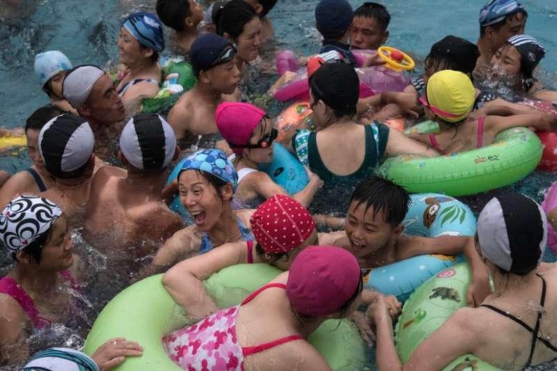 平壤水上樂園的泳客們。(BBC中文網)