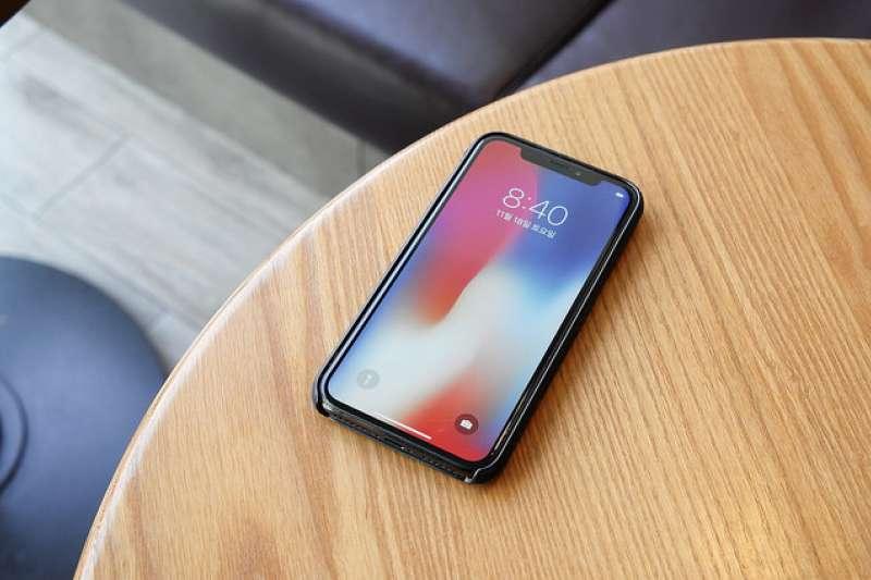 蘋果正研發可彎曲技術,開發特殊玻璃構件,希望能將iPhone轉化成管狀。(圖/Aaron Yoo@flickr)