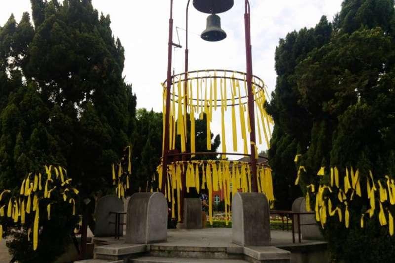 台大學生在臉書發起綁黃絲帶活動,要求「給我們一個校長!還我校長!」(取自賴鼎銘臉書)