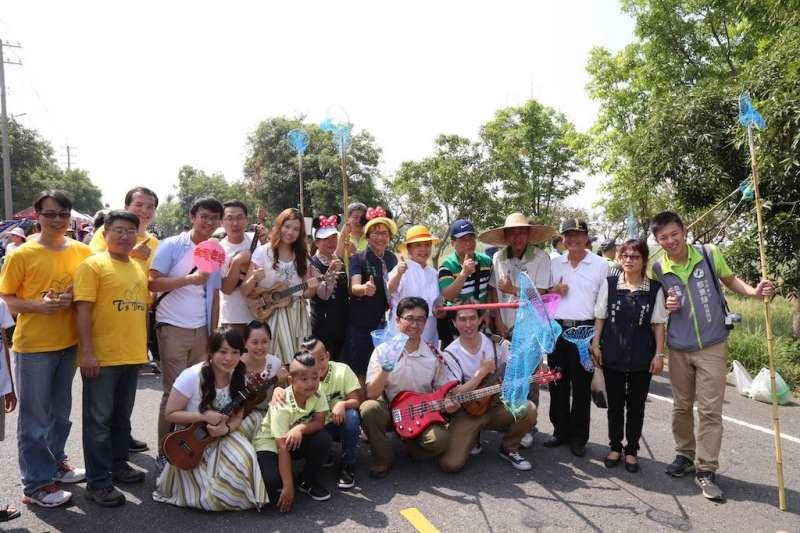 鹿草鄉公所22日上午開放民眾在167線道路採土芒果,當地最盛名的西瓜便宜又甘甜,全都開放民眾品嚐。(圖/嘉義縣政府提供)