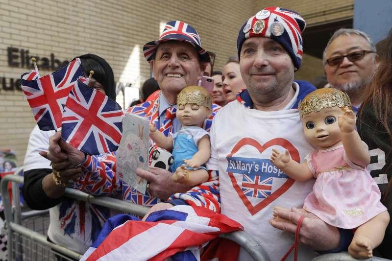2018年4月23日,英國王室再傳喜訊,凱特王妃三度臨盆,產下一位小王子,許多民眾獻上祝福(AP)