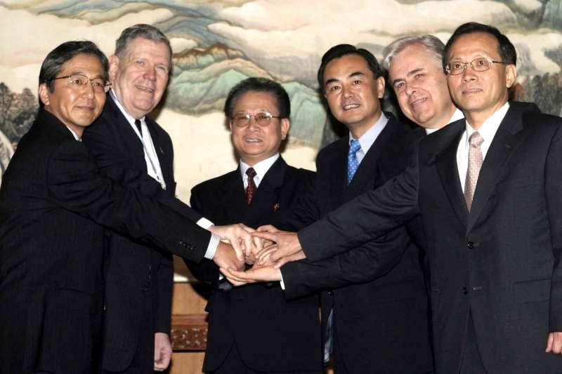 2003年8月27日,六方會談代表在北京合影(AP)