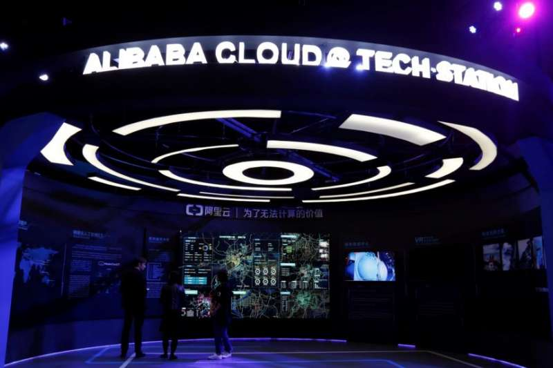 參觀者在一個介紹阿里巴巴雲服務的展台內。(美國之音)