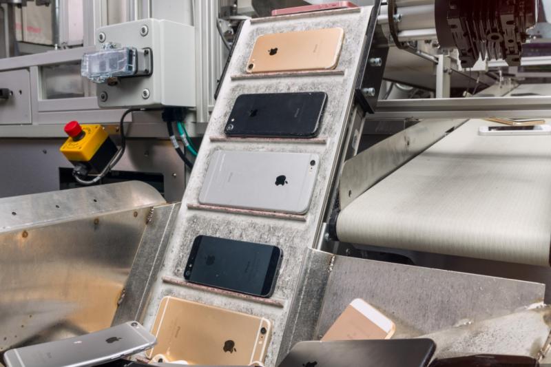 隨著4月22日世界地球日到來,蘋果(Apple)推出第二代手機拆解機器人「Daisy」,可以做到平均一分鐘銷毀三台iPhone、一小時銷毀200台手機,有效回收電子垃圾。(圖/取自Apple,數位時代提供)