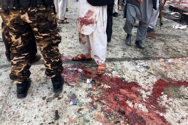 2018年4月22日,阿富汗首都喀布爾一處選民登記站遭「伊斯蘭國」自殺炸彈客,造成慘重死傷(AP)