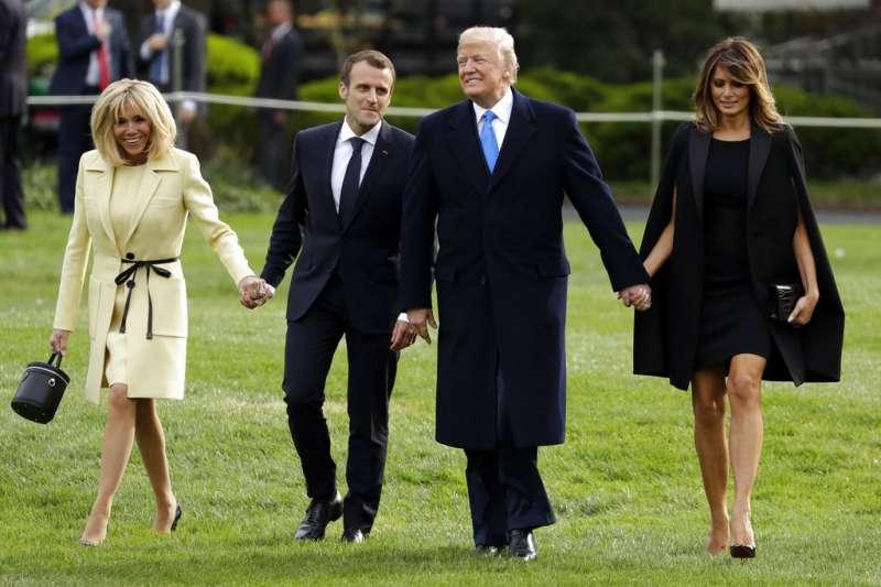 2018年4月23日,法國總統馬克宏(左二)與第一夫人布莉姬特(左一)造訪美國,進行國是訪問,與美國總統川普(右二)、第一夫人梅蘭妮亞(右一)手牽手,展現好交情。(AP)