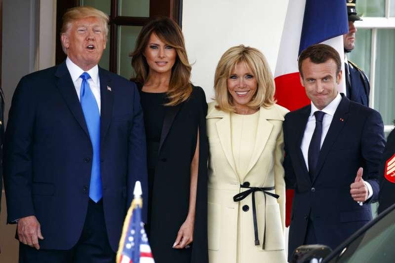 2018年4月23日,法國總統馬克宏與第一夫人布莉姬特造訪美國,進行國是訪問,與美國總統川普、第一夫人梅蘭妮亞合照。(AP)