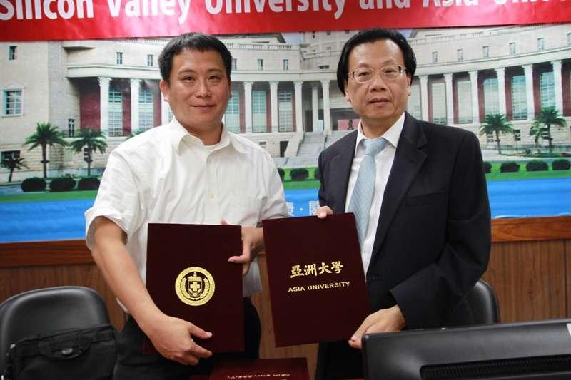 美國加州矽谷大學校長蕭鳳鳴博士(左)與亞洲大學校長蔡進發(右)簽訂雙方成為姊妹校。(亞洲大學官網)