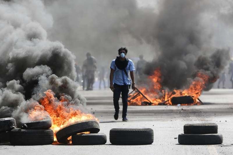 中美洲尼加拉瓜總統計畫年金改革,導致警民嚴重衝突,4月20日一名抗議者走在首都馬納瓜的街頭(美聯社)