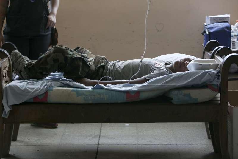 中美洲尼加拉瓜總統計畫年金改革,導致警民嚴重衝突,首都馬納瓜一名年輕示威者22日受傷躺在床上(美聯社)