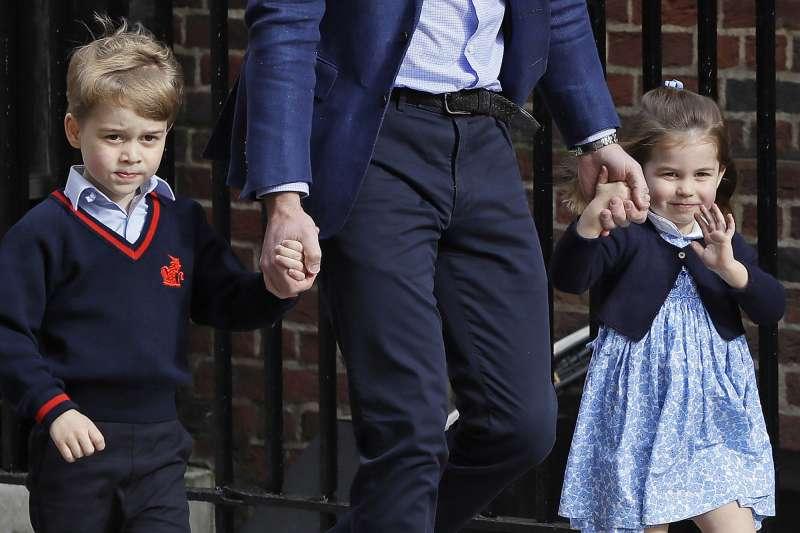 2018年4月23日,英國威廉王子與凱特王妃喜迎新生命,喬治王子與夏綠蒂公主前往醫院探視媽媽與弟弟(AP)