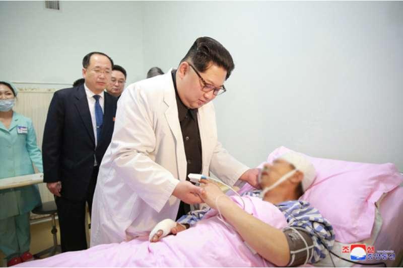 金正恩23日專程前往醫院,了解中國遊客交通事故傷者的治療情況。(勞動新聞)