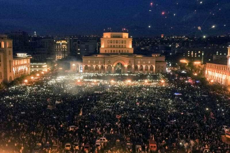 亞美尼亞首都葉里溫的共和廣場,擠滿了要求總理薩爾基相下台的抗議民眾。(美聯社)