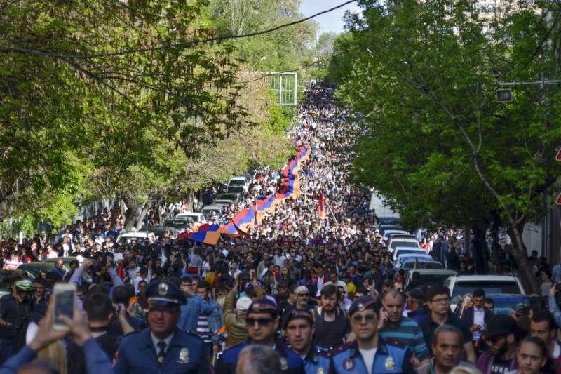 亞美尼亞民眾上街抗議,要求總理薩爾基相下台。(美聯社)