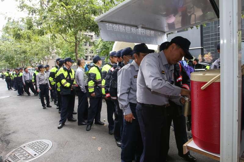 20180425-反年改團體八百壯士25日聚集群賢樓外抗議,大批警力現場維護治安。圖為警察行動咖啡車,大排長龍。(陳明仁攝)年金改革