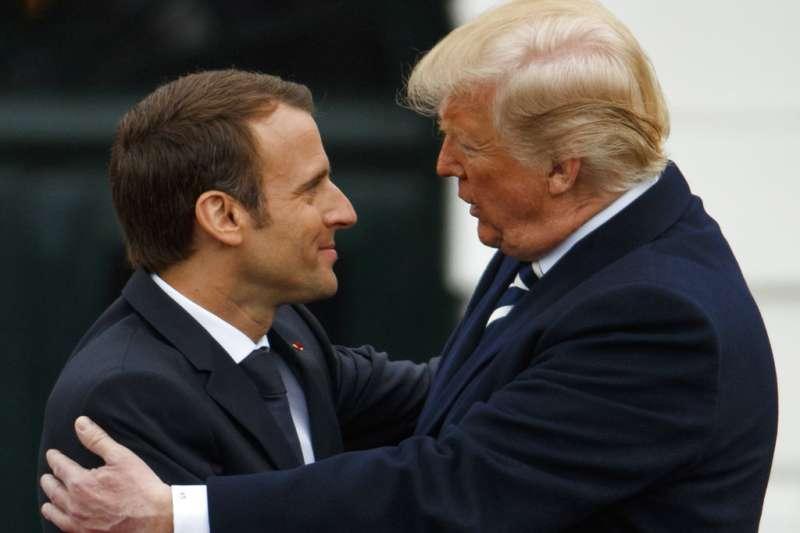 2018年4月24日,法國總統馬克宏訪問華府,與美國總統川普擁抱。(AP)
