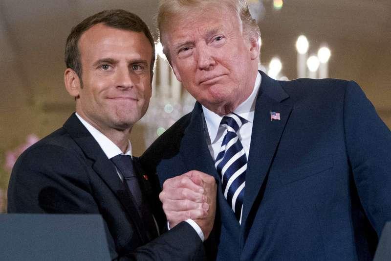 2018年4月24日,法國總統馬克宏訪問華府,與美國總統川普在聯合記者會上強力握手,展現好交情。(AP)