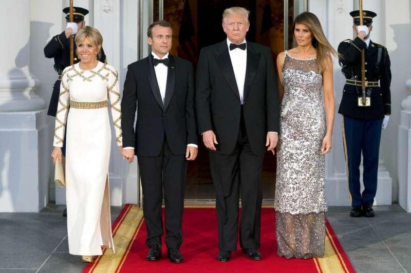 2018年4月24日,法國總統馬克宏與第一夫人布莉姬特造訪華府,與美國總統川普、第一夫人梅蘭妮亞合照。(AP)
