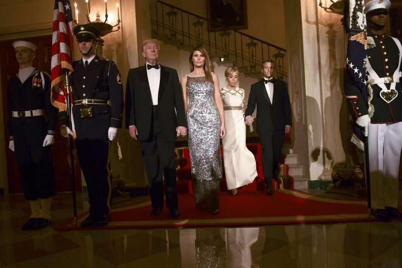 2018年4月24日,法國總統馬克宏訪問華府,美國總統川普與第一夫人梅蘭妮亞出席國宴。(AP)