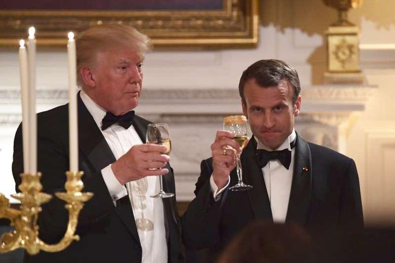 2018年4月24日,法國總統馬克宏訪問華府參加國宴,與美國總統川普一同舉杯慶賀兩國邦誼。(AP)