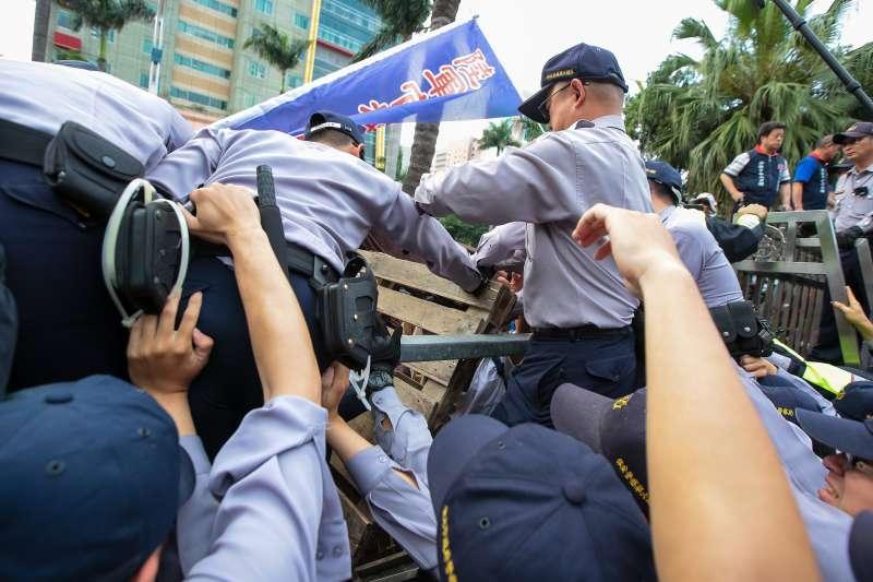 20180425-反年改團體25日試圖衝入立院,並以棧板工及警方。(顏麟宇攝)