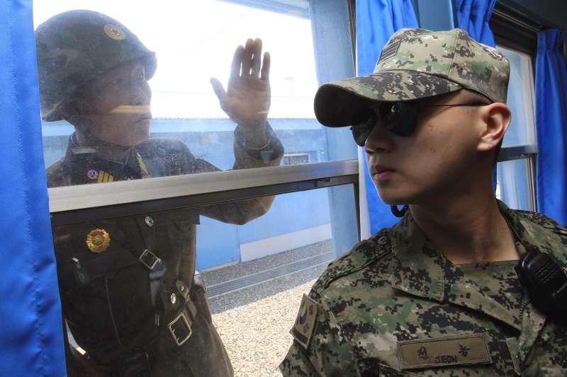 駐守在聯合國軍事停戰委員會的南韓士兵與北韓士兵對看(AP)
