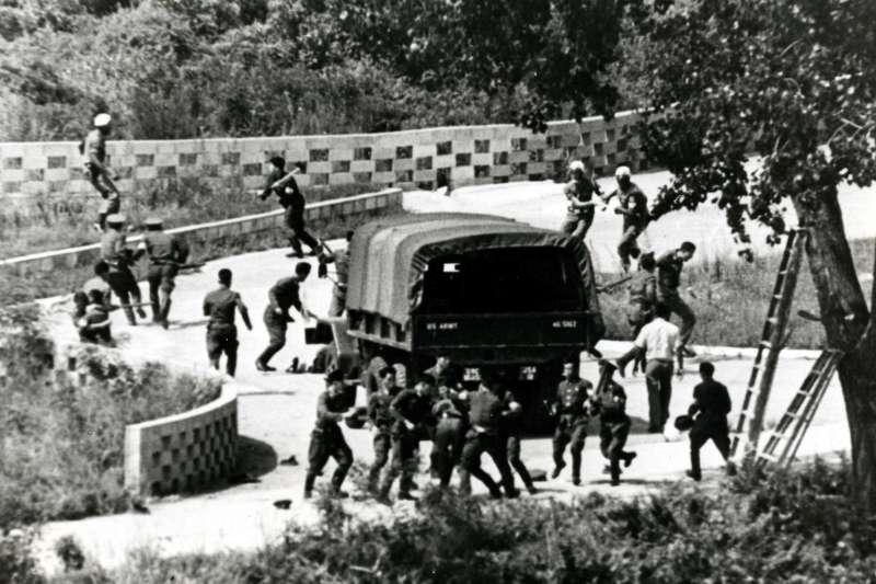 1976年8月18日「板門店事件」,北韓朝鮮人民軍攻擊美軍官兵(AP)
