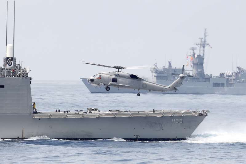 我海軍日前進行演習,一架賽考斯基S-70直昇機從成功級(派里級)巡防艦「鄭和號」甲板起飛(AP)