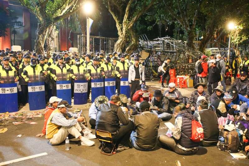20180425-八百壯士決戰圍城首日,反軍改,立法院大門前警方與抗議群眾衝突。(陳明仁攝)