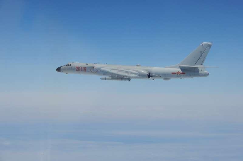 20180426-共機穿越宮古、巴士海峽,轟六型機。(國防部提供)