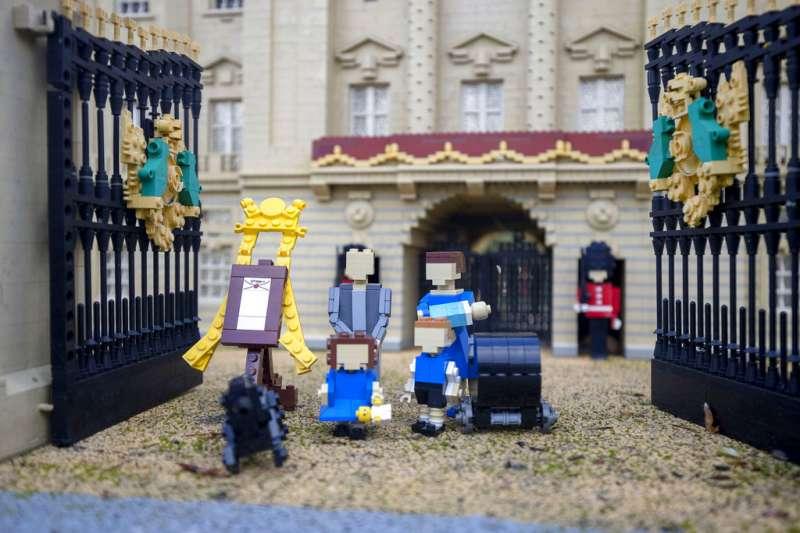 搭上英國小王子熱潮,樂高推出了威廉王子家庭套組,包括威廉王子、凱特王妃、喬治王子、夏洛特公主跟剛出生的小王子都在其中。(美聯社)